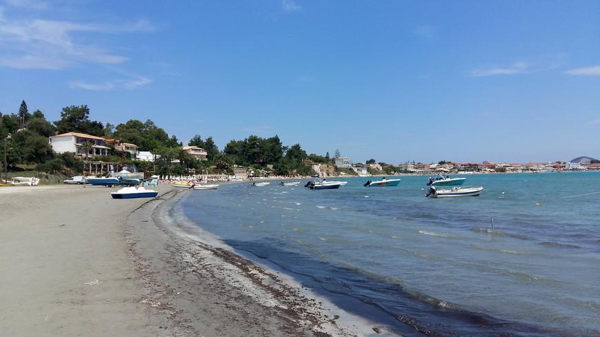 Дорога по пляжу Лаганас к острову Agios Sostis. Предложений по аренде различных лодок, морских велосипедов - хоть отбавляй! И стоит это удовольствие 15 евро - хоть на 2, хоть на 4 человека.