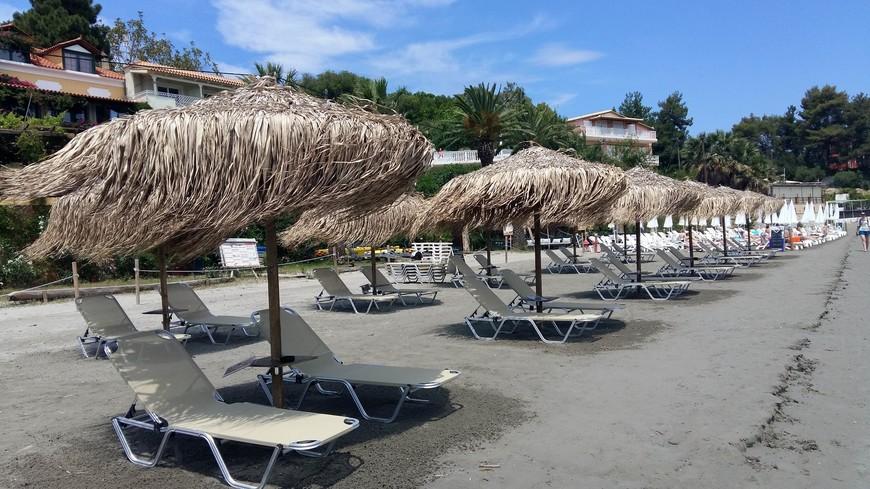 Стоимость лежаков на пляже везде едина: 8 евро. Правда в некоторых случаях достаточно заплатить в баре за напиток и пользуйся лежаком с зонтиком хоть весь день бесплатно.