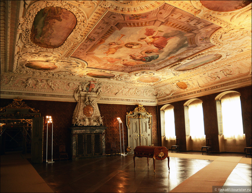Во дворце насчитывается более 40 залов, интерьер которых поражает роскошью и великолепием - лепнина, фрески, позолота, мрамор, драгоценный паркет, зеркала, антикварная мебель, старинные гобелены, хрустальные люстры, картины и скульптуры.