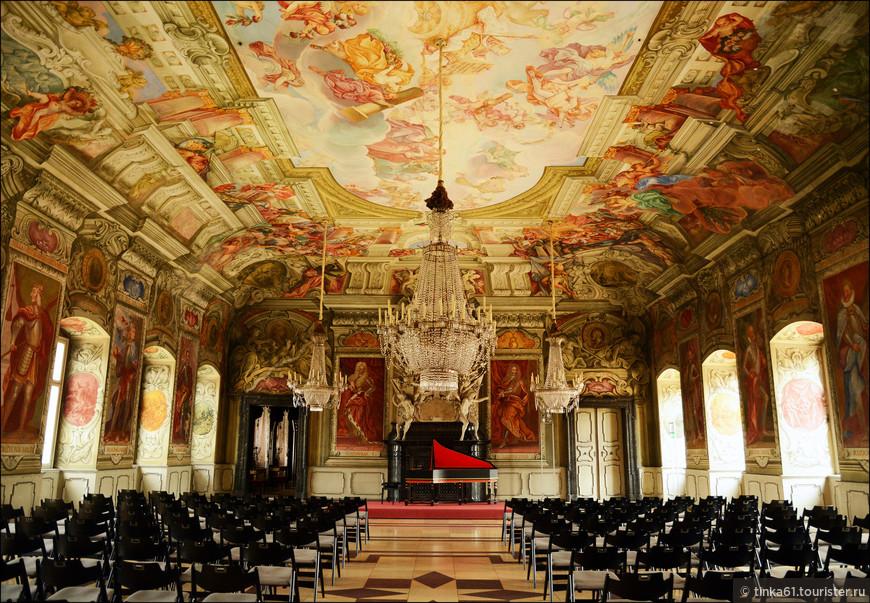 Самое великолепное помещение Резиденции - Императорский Зал. В этом зале представлены портреты в полный рост шестнадцати императоров Священной Римской империи, а стены и потолок украшены фресками