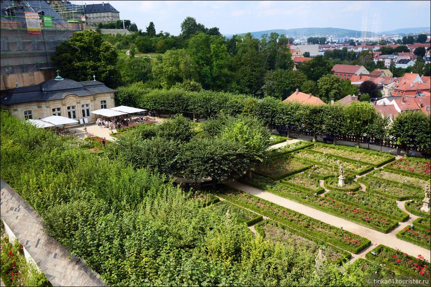 Вид на Розовый сад из окна Новой Резиденции.