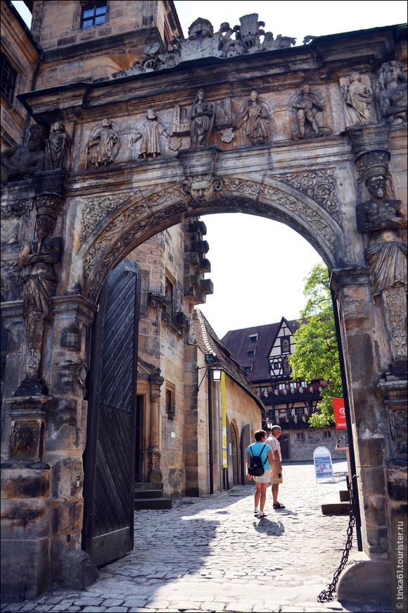 """""""Красивый Портал""""  - Ворота в Старый Епископский двор."""