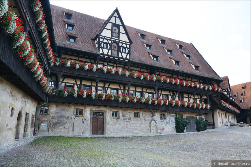 За воротами  находится живописный внутренний двор с жилыми и хозяйственными  постройками XV века, которые раньше служили для разных целей епископского двора.