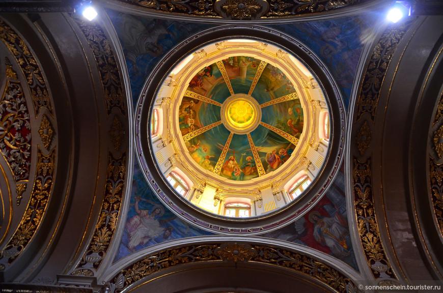 Восьмиугольный купол, выполненный в стиле Дорик-октагон и имеющих также 8 окон, был завершён в 1948 году.