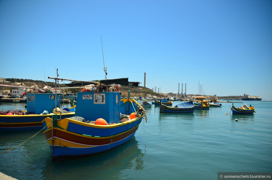 Марсашлокк - деревня с богатой историей. Еще в древности она использовалась в качестве карфагенянами и римлянами как главная гавань Мальты. Потом в 9 веке до нашей эры здесь останавливались финикийцы со своими товарами. В 1565 году здесь высадились на берег войска Сулеймана Великолепного, а в 1798 году - французская армия.