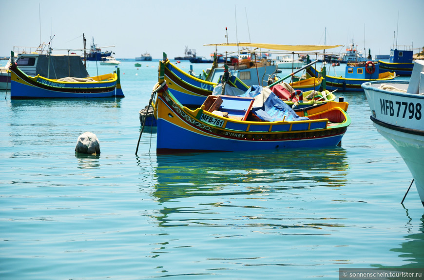 """Своё название посёлок получил от арабского слова """"марса"""", означающее порт и итальянского """"сирокко""""- так называется юго-восточный ветер. Именно на юго-востоке Мальты находится Марсашлокк."""