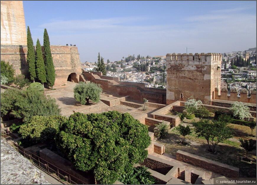 Крепость Алькасаба – это самая древняя часть дворца мавританских халифов в Альгамбре.. Наш визит во дворец Насридов был в 10.30   утра, билеты входили в стоимость Granada card.  Приехали мы сюда на маршрутке , а возвращались на такси от центрального входа, куда вышли после нескольких часов осмотра всего комплекса.