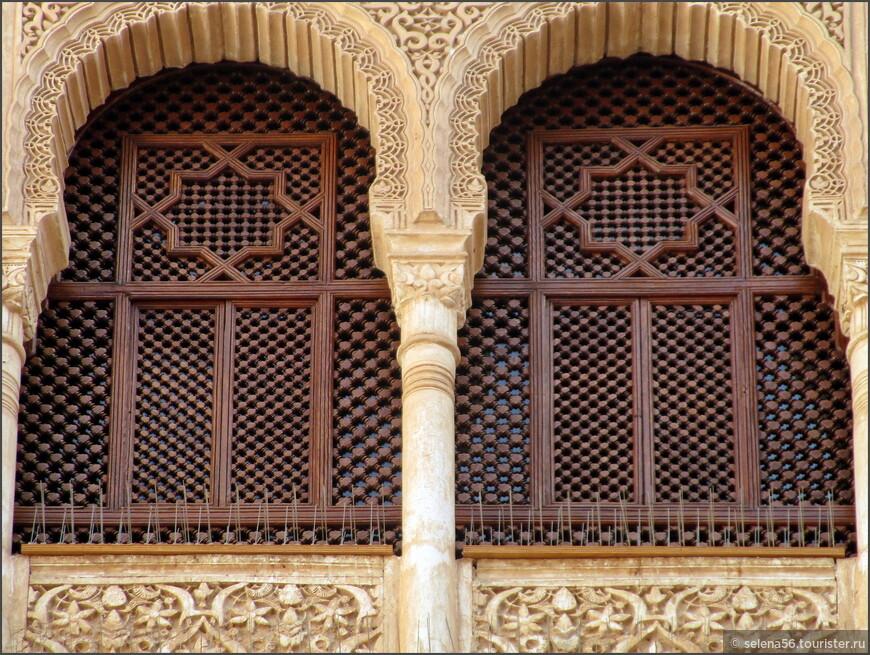 Несколько фотографий  из дворцовых залов. Арабские узоры  зачаровывают.
