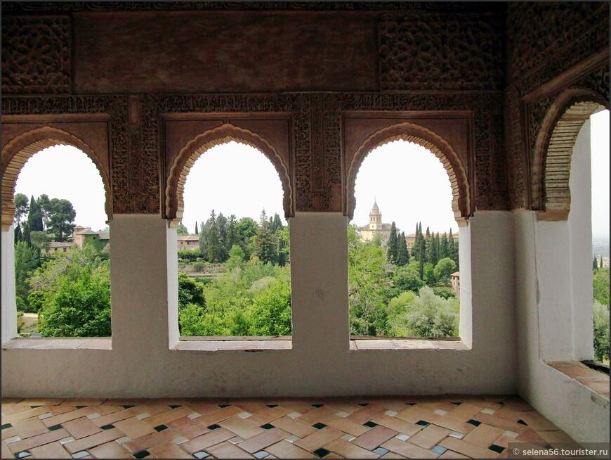 Вид на дворец Насридов из галереи в садах Хенералифе.