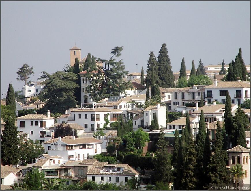 Со всех возможных окон, балконов Альгамбры можно любоваться белоснежной Гранадой.
