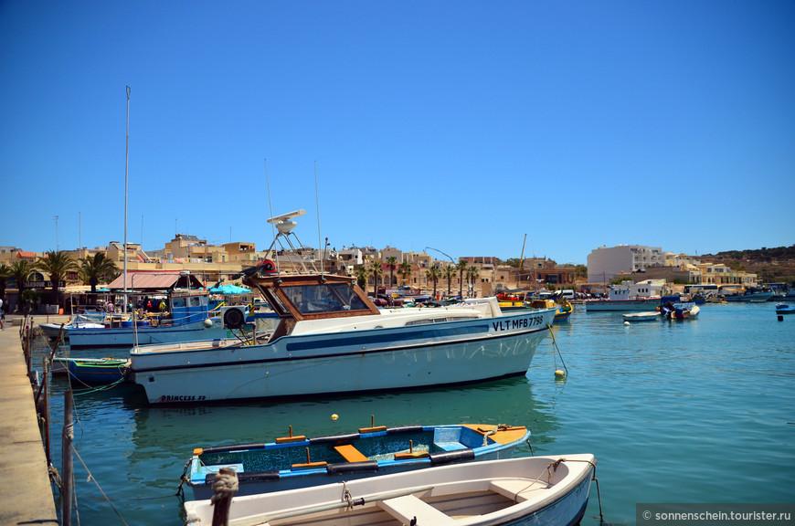 В общем, если Вы на Мальте, стоит обязательно приехать в этот тихий спокойный городок, покушать свежую рыбу, посмотреть на необычные лодки и прикупить что-нибудь мальтийское на память.
