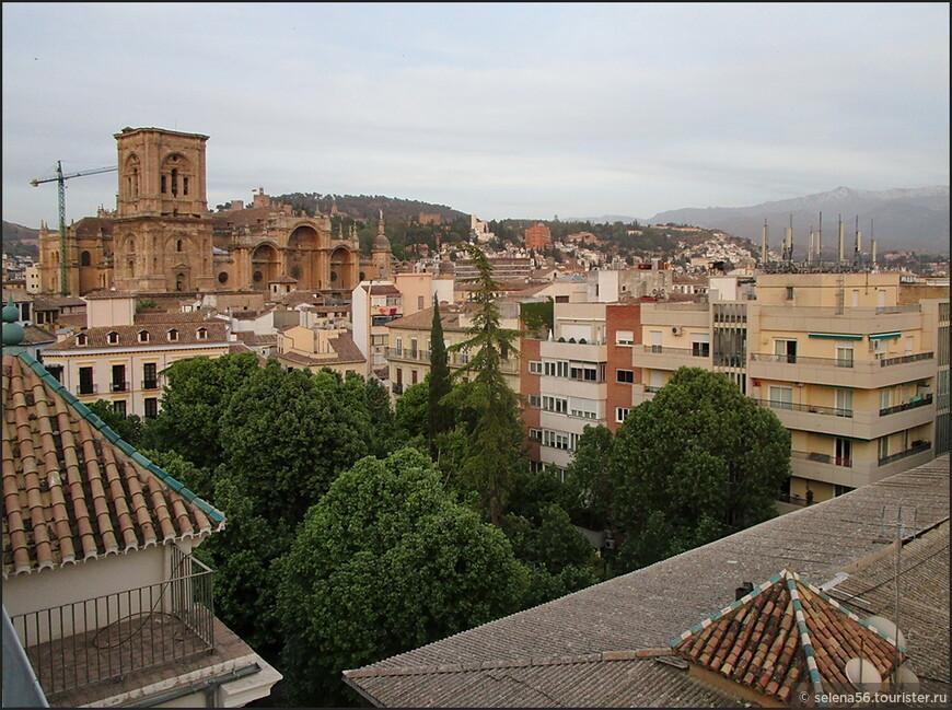 Площадь  Trinidat  у Кафедрального собора Гранады. Вид с крыши дома,где мы снимали апартаменты.
