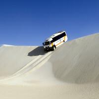 Автобусный слалом на песчаных дюнах Австралии