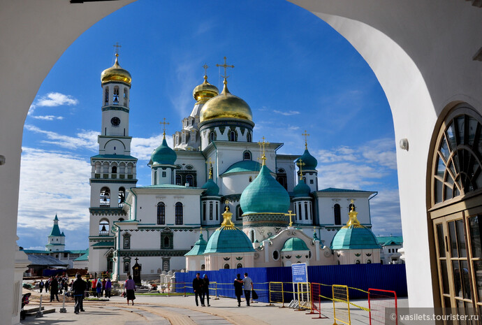 А так торжественно выглядит Воскресенский собор . По задумке он должен точно повторять храм Гроба Господня в Иерусалиме