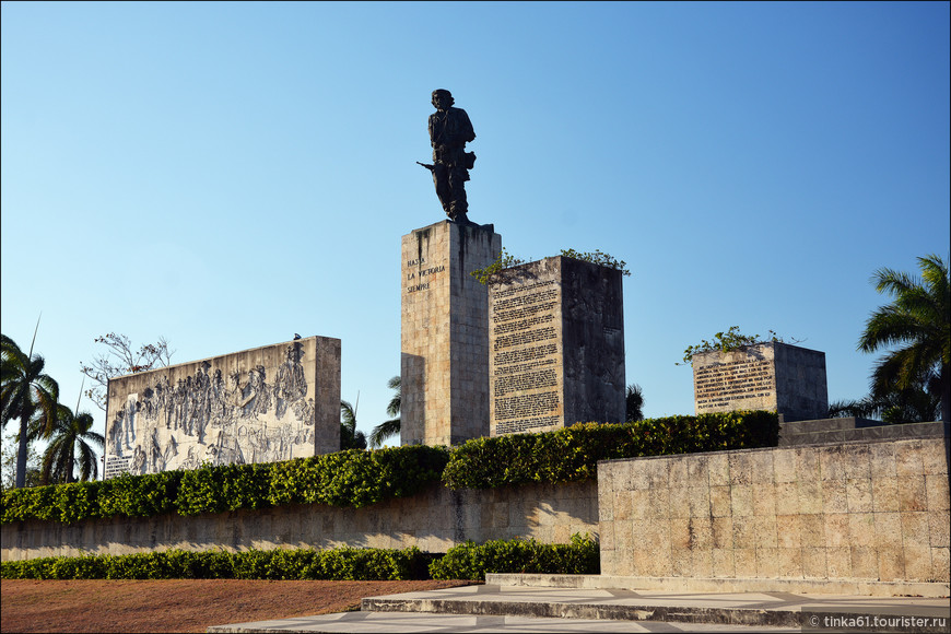 Главная достопримечательность Санта-Клары Monumento Ernesto Che Guevara, — памятник, мавзолей и музейный комплекс, посвященный Че Геваре. На огромной площади расположена бронзовая статуя Че, возведенная в 1987 г., в день 20-летия со дня его убийства в Боливии, и венчающая мавзолей, в котором покоится прах кубинского революционера и 17-и его товарищей, захороненных здесь в 1997.