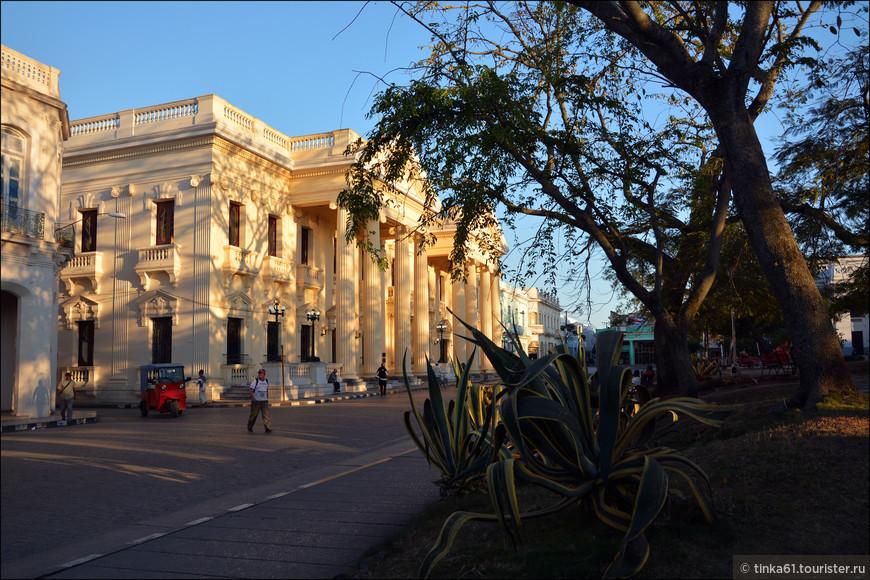Вокруг парка расположены самые элегантные здания города.