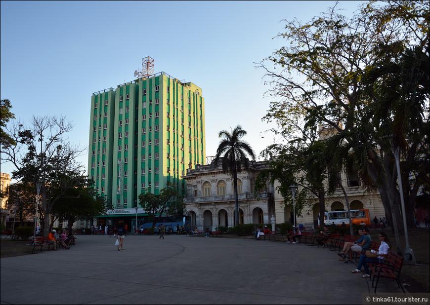 Высокое зеленое здание  это отель «Санта-Клара Либре» («Santa Clara Libre»), на фасаде которого остались следы боев отряда Че Гевары и Камило Сьенфуэгоса с правительственными войсками – Че забарикадировался на верхних этажах, а батистовцы периодически их штурмовали.