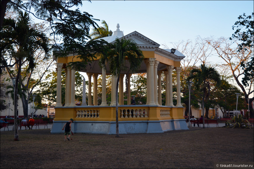 В  центре парка установлен беседка-ротонда, в которой  обычно располагаются музыканты.