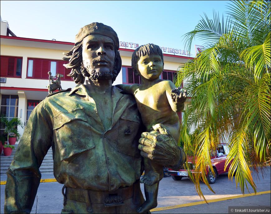 Композиция памятника сложна и состоит из множества мелких деталей на фигуре команданте – различных символов. Вот некоторые из них… Сама фигура - человек, уверенно шагающий вперед. На руках Че - ребенок, что символизирует любовь команданте к детям, его борьбу за их будущее. В правой руке Гевары - кубинская сигара, его неизменная спутница в горах Сьерра-Маэстра. На правом плече - ребенок верхом на козле. Здесь объяснения несколько разнятся: по одним, он символизирует детей Боливии, по другим - детей Че, которых тот оставил, отправившись в Боливию. В общем, как-то так.
