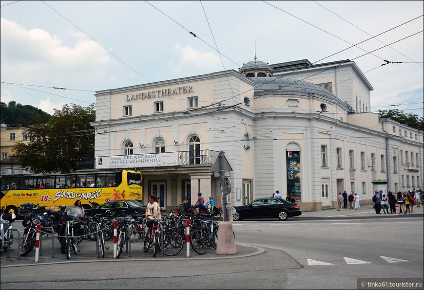 Спустились вниз и немного прогулялись   по району Макартплац.  Театр Ландестеатр.
