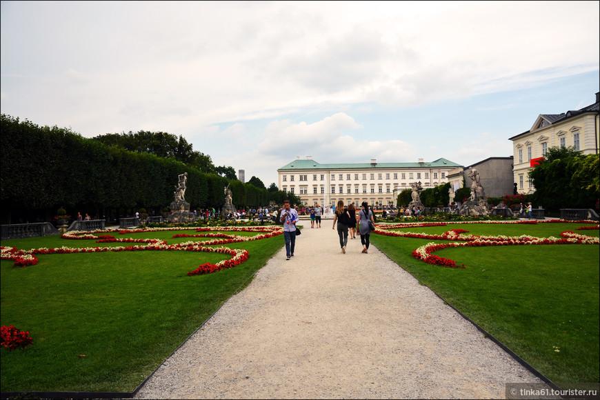 Парк Мирабель, который расположен при одноимённом дворце Мирабель считается одним из самых красивых барочных садов Европы. Мирабельгартен был спроектирован в 1690 году, а для публики его открыли в 1854. Сам же дворец построили в 1606. За это время его неоднократно перестраивали. В данный момент во дворце расположена резиденция городского бургомистра и резиденция городского совета. Кроме того, во дворце есть загс и это место считается одним из самых красивых для бракосочетаний.