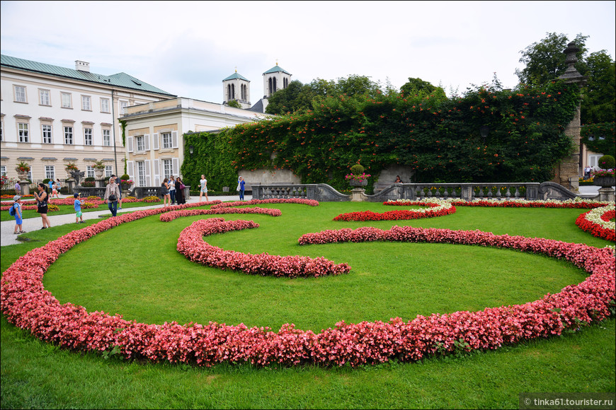 В саду Мирабель можно надолго  задержаться, любуясь симметрией клумб и гармоничностью пейзажей..