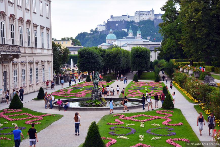 И Малый и Большой Партер сада спроектированы таким образом, что с них открывается отличный вид на Собор Святого Руперта и крепость Хоэнзальцбург.