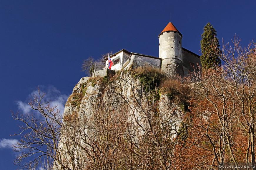 замок (Град). Возвышается над озером как и положено средневековым замкам