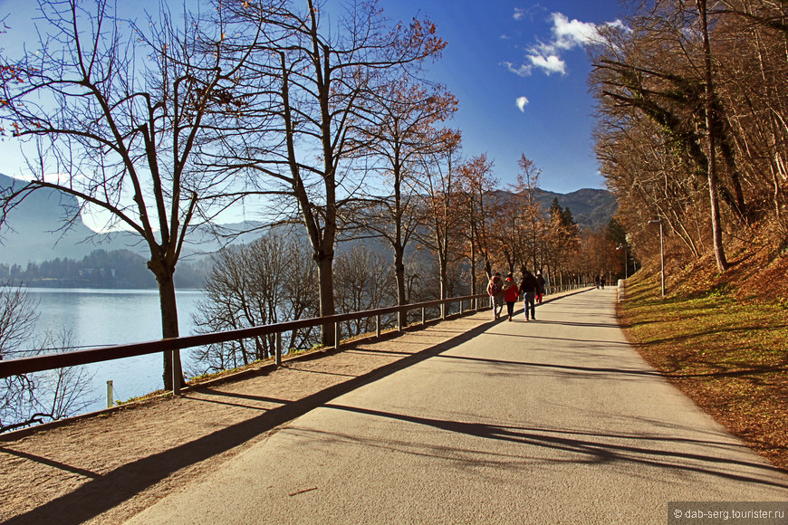 """Гулять я решил сначала так: обойти озеро вокруг, залезть на горку, откуда открывается тот самый вид """"как с открытки"""" и посетить замок (Grad Bled).  Выйдя к озеру пошёл гулять по правому берегу, мимо горы с замком. Ухоженная набережная и дорожка с прогуливающимися отдыхающими, по большей части """"немчуры"""" и """"итальосы"""", коих в Словении полно. Вообще итальянцы самые хитрозадые, отдыхать в своей дорогущей для трудящихся Италии они не очень любят, стараются сваливать в соседние Словению, Черногорию или Грецию, а самые хитрые строят виллы в Албании...."""