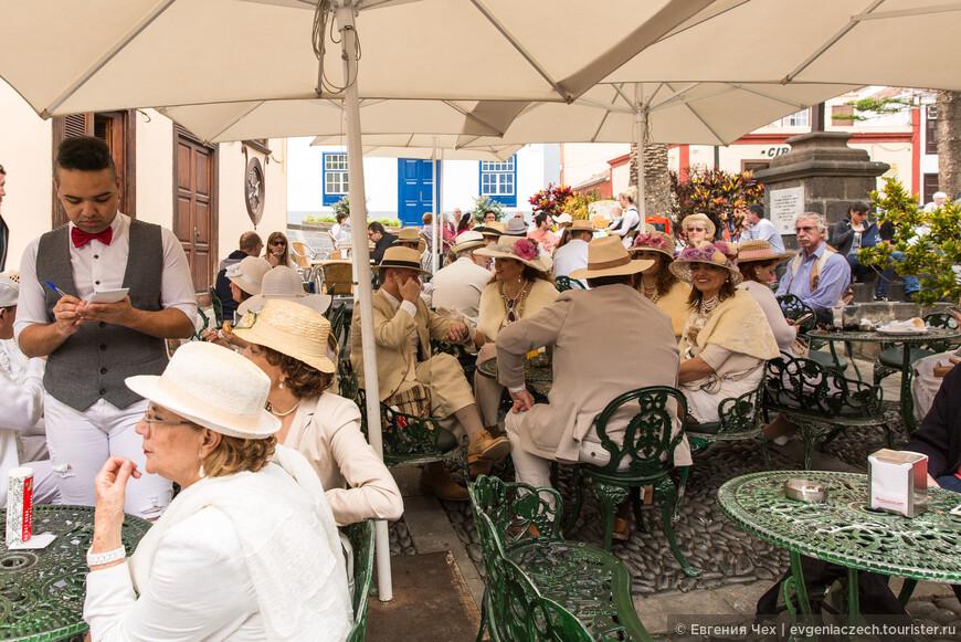 Праздник проходит в понедельник. Уже с 10 часов утра народ начинает собираться в центре города.