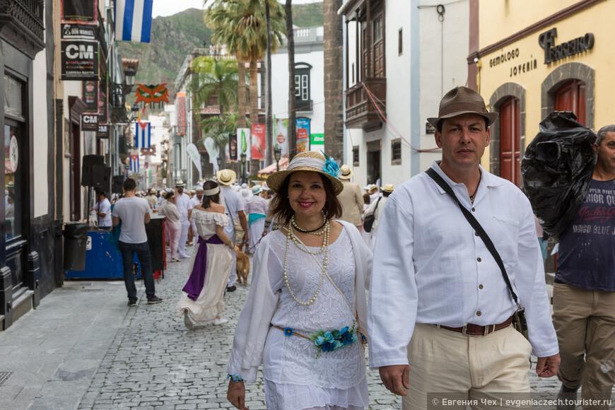 Дамы одевают украшения, кружева, зонтики, как в те времена. Кавалеры - белые рубахи и брюки.
