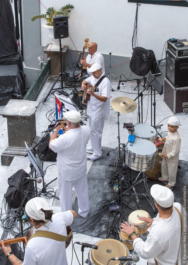 Оркестр играет зажигательные кубинские мелодии