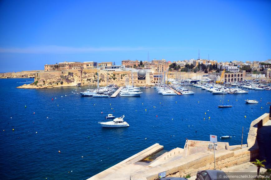 Рыцари прибыли на Мальту с выдворенного острова Родос ордена госпитальеров (он же - орден Святого Иоанна). Тогдашний Великий магистр Л'Иль Адам оставил мальтийской знати единственный существовавший на тот момент город на Мальте - Мдину.