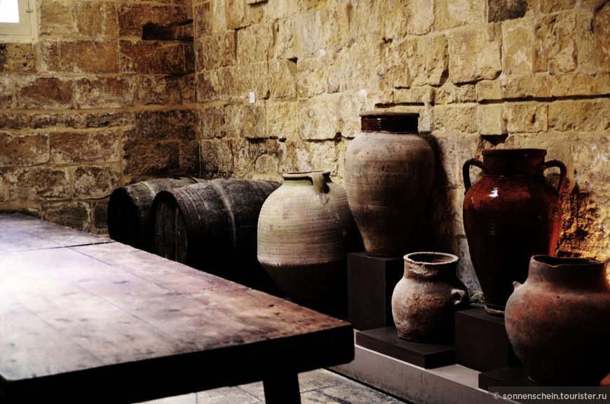 На первом этаже можно увидеть обстановку средневековой кухни и служебных помещений того времени.