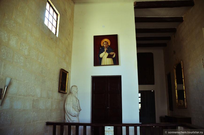 Когда сюда в 1574 году прибыл от папского престола монсеньор Пьетро Дусинa в качестве первого инквизитора Мальты, Великий Магистр Ордена Святого Иоанна предложил ему этот дворец в качестве официальной резиденции.