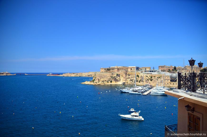 """Великобритания, завладевшая островом в 1800 году, разместила в Витториозе свою военно-морскую базу, которая оставалась там до 1979 года. Здесь же размещалась штаб-квартира британского флота в Средиземном море. Здесь же размещалась штаб-квартира британского флота в Средиземном море. Город пострадал во время второй мировой войны, но здания были реконструированы. Вообще, этот город настолько насыщен достопримечательностями, что претендует на звание """"город-музей""""."""