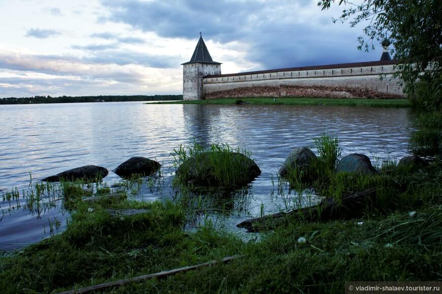 Сиверское озеро, на берегу которого стоит Кирилло-Белозерский монастырь.