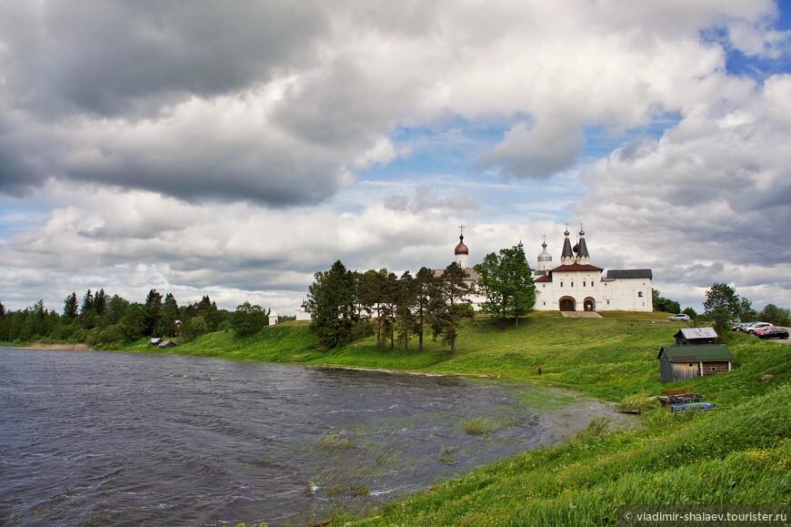 Ферапонтовское озеро у деревни Ферапонтово.