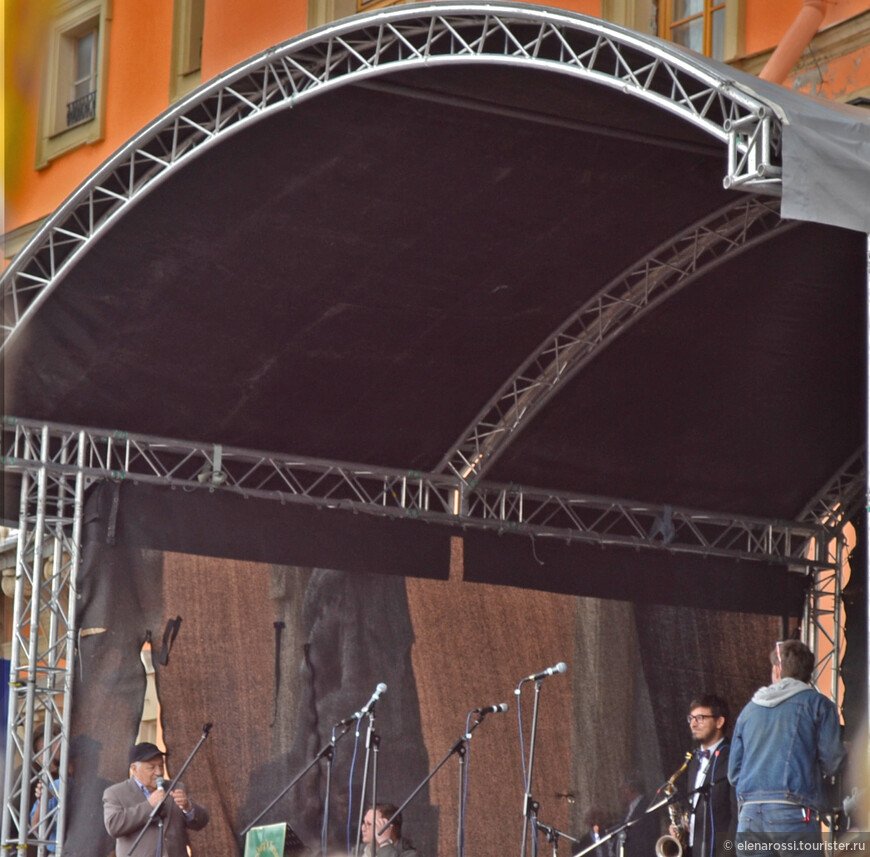 Пока музыканты готовятся (один коллектив сменяет другой) о джазе рассказывает неутомимый знаток джаза, знаменитый Владимир Фейертаг!