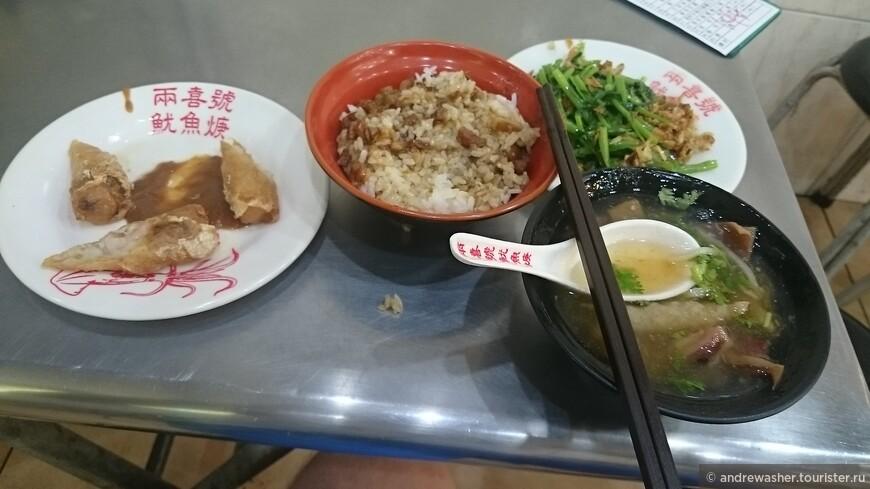 Суп с кусочками кальмара, традиционно рис с подливкой по-тайваньски, очень просто и вкусно.