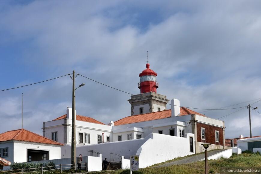 Во второй половине 18 века, когда Португалия пыталась восстановиться после очередного землетрясения, маркиз де Помбал повелел установить маяк на мысе Рока. Он стал третьим по счету на патериковом побережье Португалии. В результате, в 1768 году маяк был построен, и он светил кораблям с высоты 165 метров.