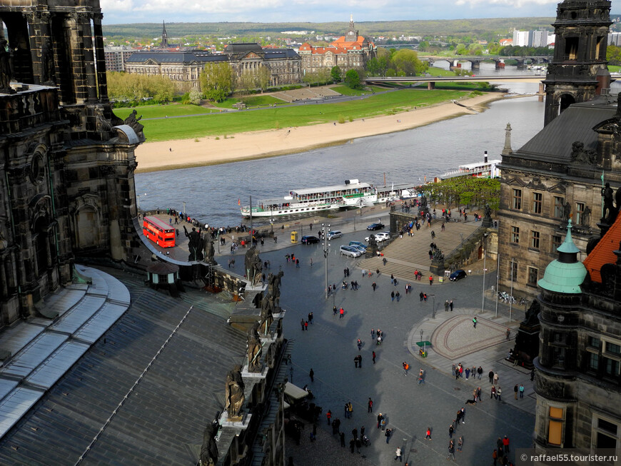 Вид сверху на Дворцовую площадь, реку Эльбу и правый берег Дрездена.