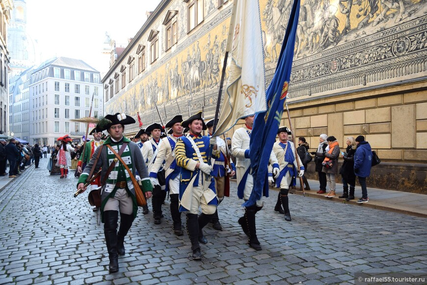 Театрализованное шествие солдат в исторической части Дрездена.