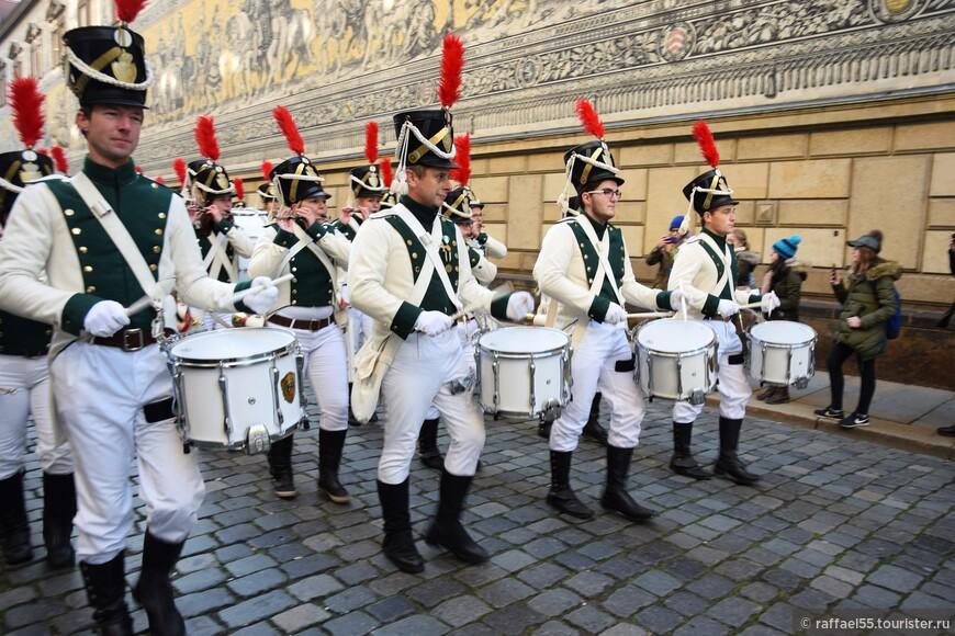 Барабанная дробь - музыкальное оформление костюмированного праздника.