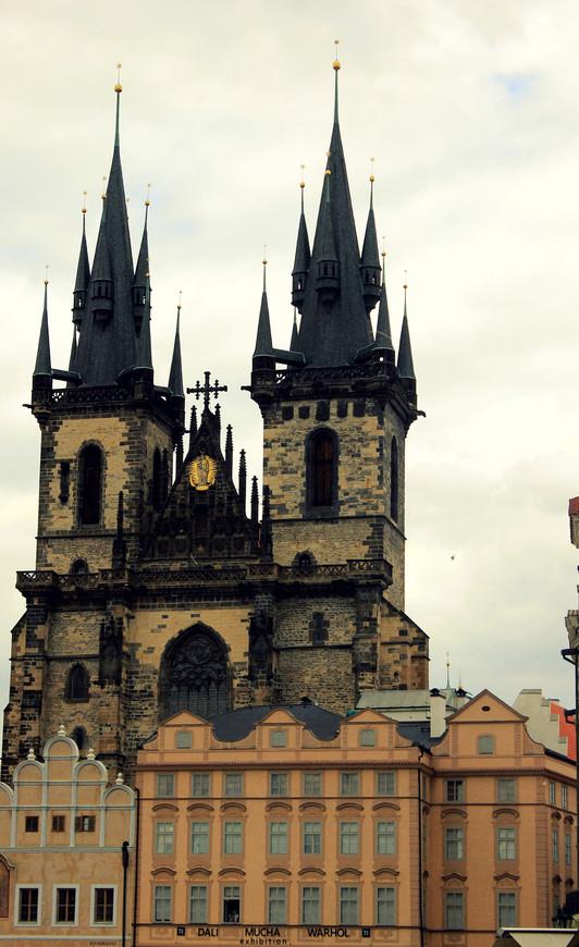 Храм Девы Марии перед Тыном.  Все эти готические храмы в сочетании с темным небом несут в себе неизгладимо мощные ощущения. Величественно, сказочно....