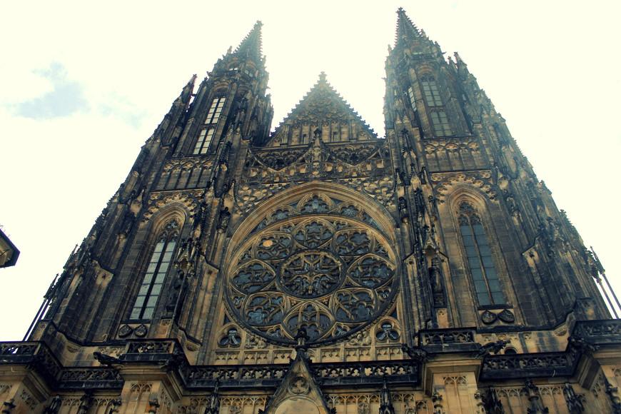 Собор Святого Вита, Вацлава и Войтеха — готический католический собор в Пражском Граде, местопребывание архиепископа Пражского.   Собор причисляется к жемчужинам европейской готики, является художественной и национально-исторической святыней Чехии.   В соборе погребены чешские короли и архиепископы Праги, там же хранятся коронационные регалии средневековой Чехии.