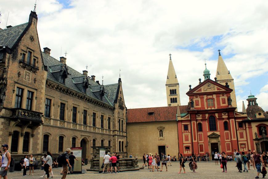 В Праге очень много уютных площадей...А людей...Я ни в одном городе мира не видела столько людей, не слышала столько голосов одновременно...