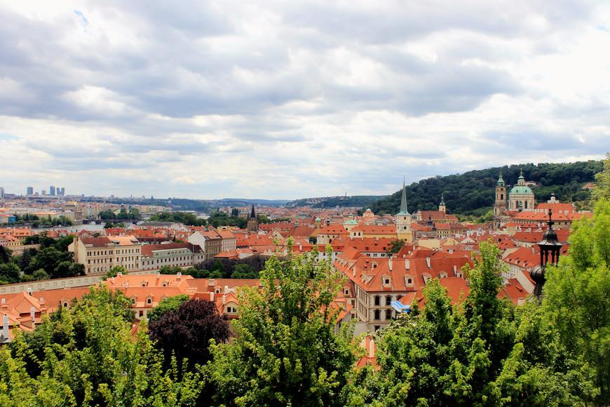 Панорамная площадка с видом на черепичные крыши Праги...