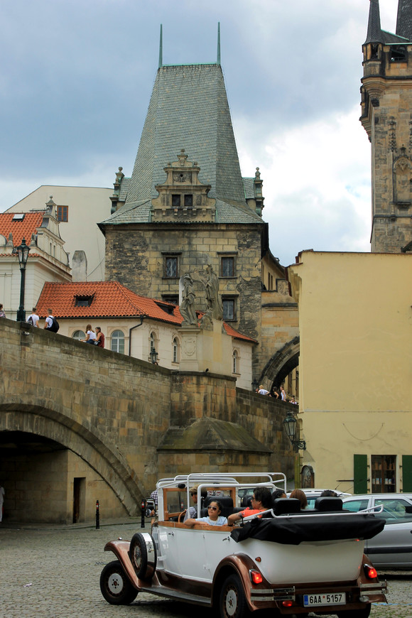 Карлов мост является своеобразной пешеходной переправой между двумя легендарными районами Праги - Малой страной и Старым Местом, где расположены в большом объеме достопримечательности Праги.   На Карловом мосту и сегодня расположены мощные скульптуры, которые пользуются интересом у туристов. Каждая скульптура имеет свою историю и тесно переплетается с историей моста и страны.