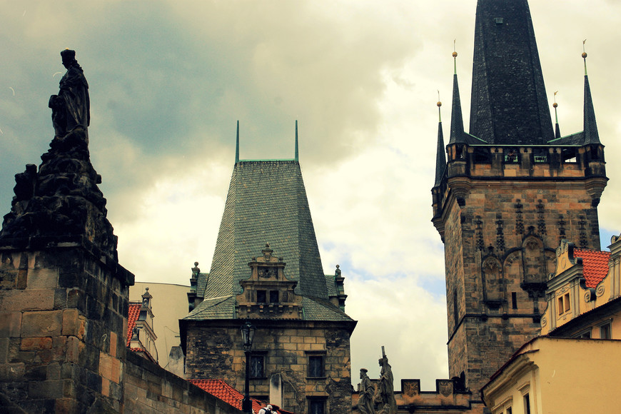 На мосту проходили события значимые как для истории Чехии, так и для мировой истории, что несомненно, привлекает пройтись по Карлову мосту, который начал эксплуатироваться с 1380 года!   К примеру, по Карлову мосту проходит Королевский путь, по которой чешские правители проезжали к коронации.